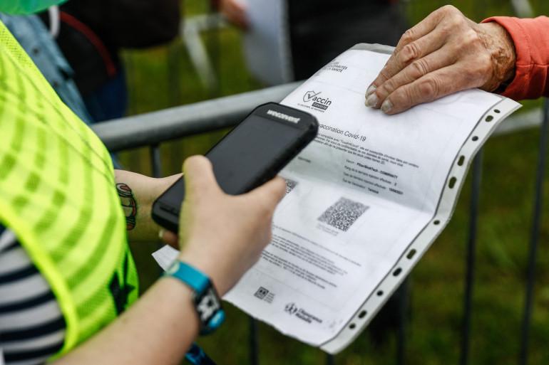 Une personne fait vérifier son certificat de vaccin contre le Covid-19 à un festival