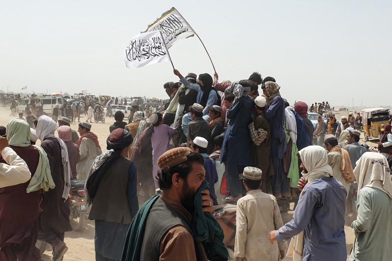 Des personnes brandissent des drapeaux talibans dans la ville frontalière pakistanaise de Chaman le 14 juillet 2021
