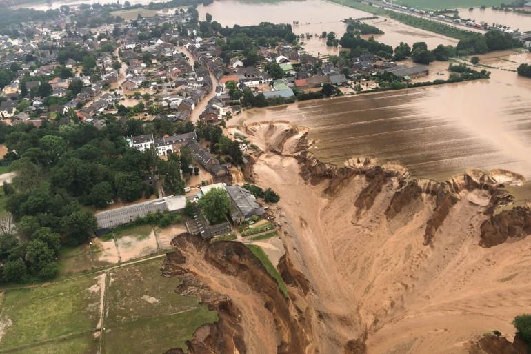 Un glissement de terrain, dû aux crues, a fait plusieurs victimes et disparus à Erftstadt-Blessem, près de Cologne, en Allemagne, le 16 juillet 2021.