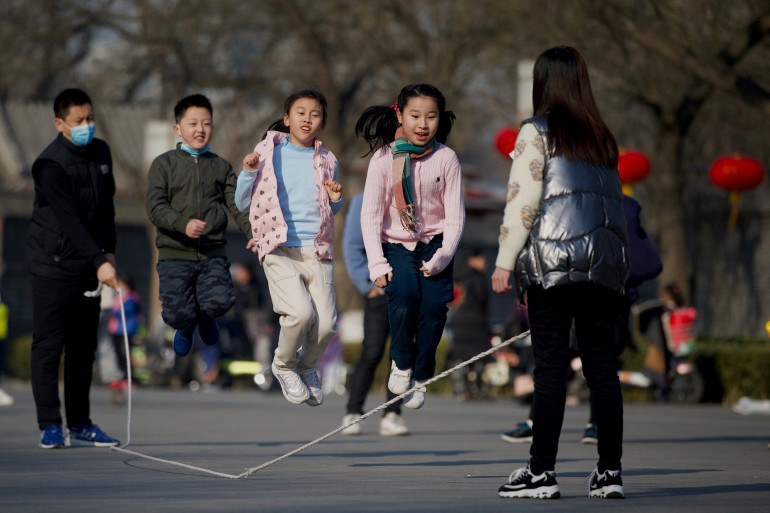 Des enfants chinois jouant à la corde à sauter (illustration).