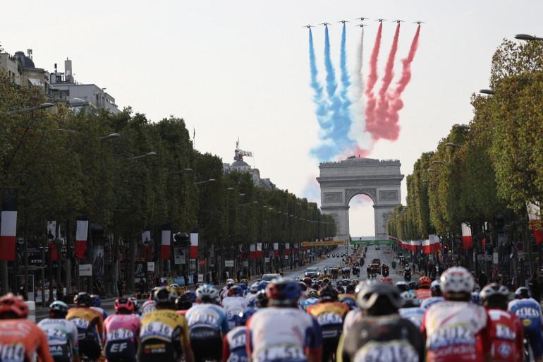 Le peloton du Tour de France sur les Champs-Élysées le 20 septembre 2020