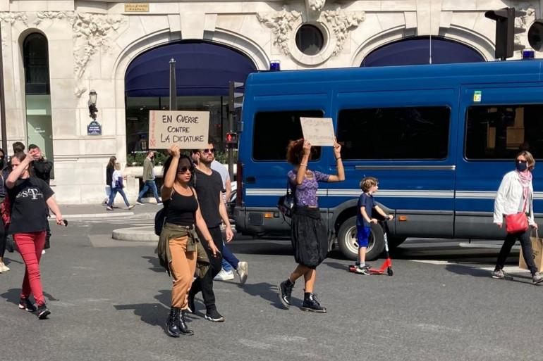 """""""En guerre contre la dictature"""", a écrit cette manifestante anti-vaccin à Paris ce 17 juillet 2021."""