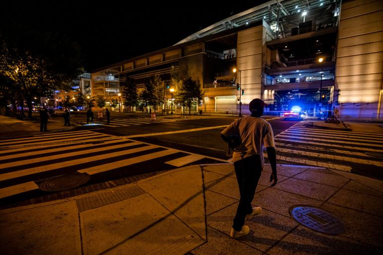 Le département de la police métropolitaine de Washington enquête sur les lieux d'une fusillade à l'extérieur d'un stade le 17 juillet 2021 à Washington, DC.