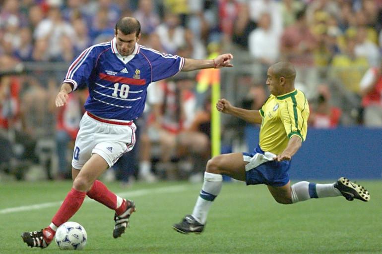 Zinédine Zidane devant le Brésilien Roberto Carlos le 12 jujillet 1998 à Saint-Denis