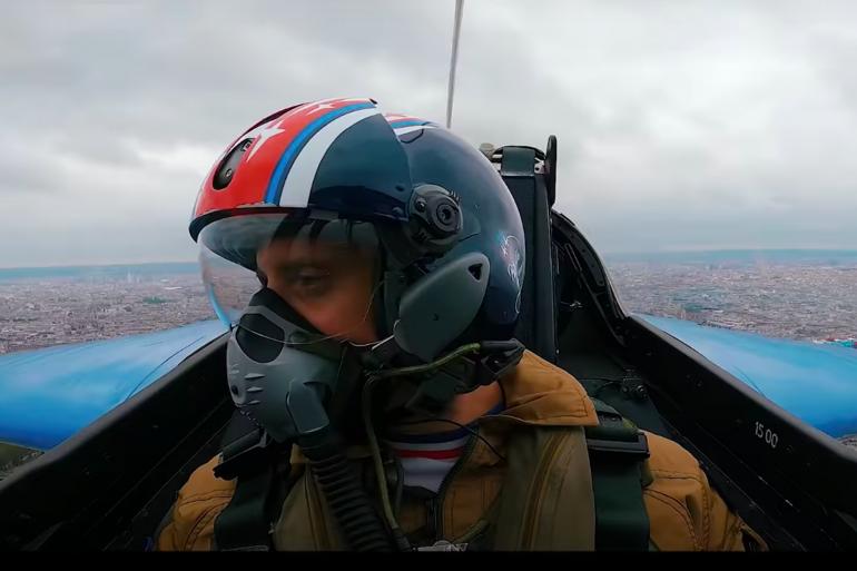 David Coscas (McFly) en train de voler avec la patrouille de France le 14 juillet 2021.