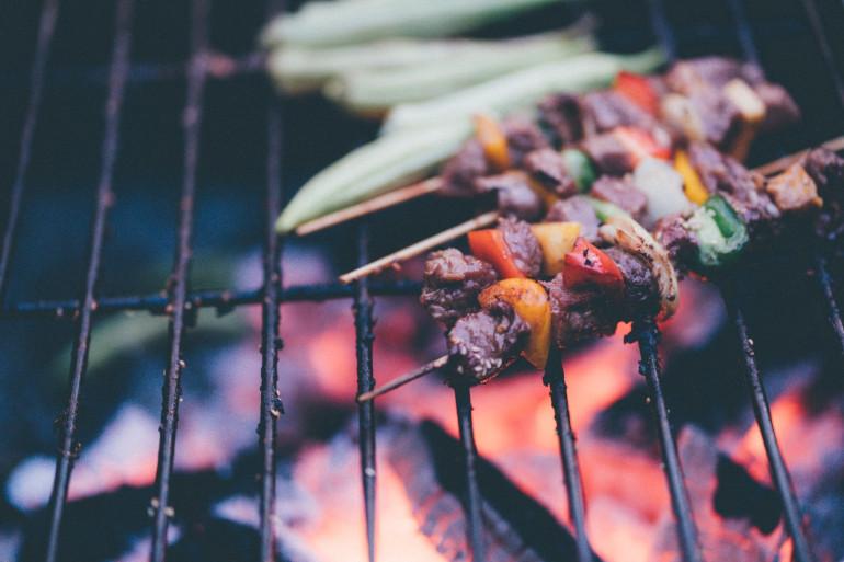 Des brochettes de viandes et de poivrons (image d'illustration)