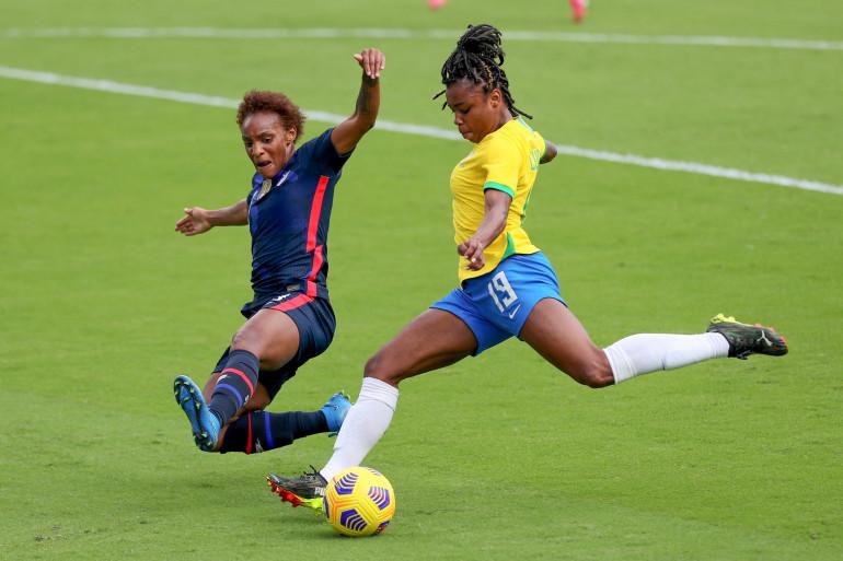 La Brésilienne Ludmila face à l'Américaine Crystal Dunn le 21 février 2021 à Orlando