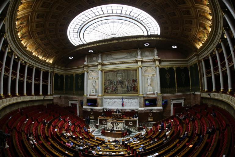 Cette photo montre l'Assemblée nationale lors de l'adoption finale du projet de budget pour 2021, à Paris le 17 décembre 2020.