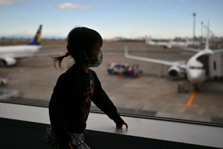 Illustration d'une enfant dans un aéoroport