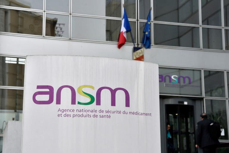 Cette vue d'ensemble montre le logo et l'entrée du siège de l'Agence nationale pour la sécurité des médicaments (ANSM) à Paris le 17 octobre 2017. (Illustration)
