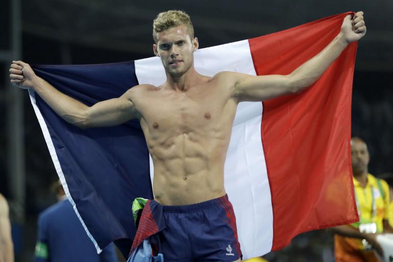 Kévin Mayer brandit le drapeau français après sa médaille d'argent au décathlon le jeudi 10 août.
