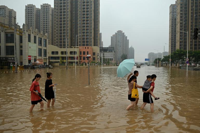 Une rue inondée le 23 juillet 2021 à Zhengzhou, en Chine où des inondations ont coûté la vie à au moins 300 personnes.