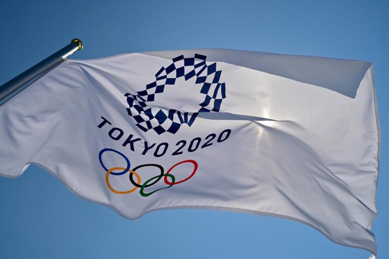 Le drapeau olympique de Tokyo 2020 flotte au parc des sports urbains Aomi avant les Jeux olympiques de Tokyo 2020, à Tokyo, le 22 juillet 2021.