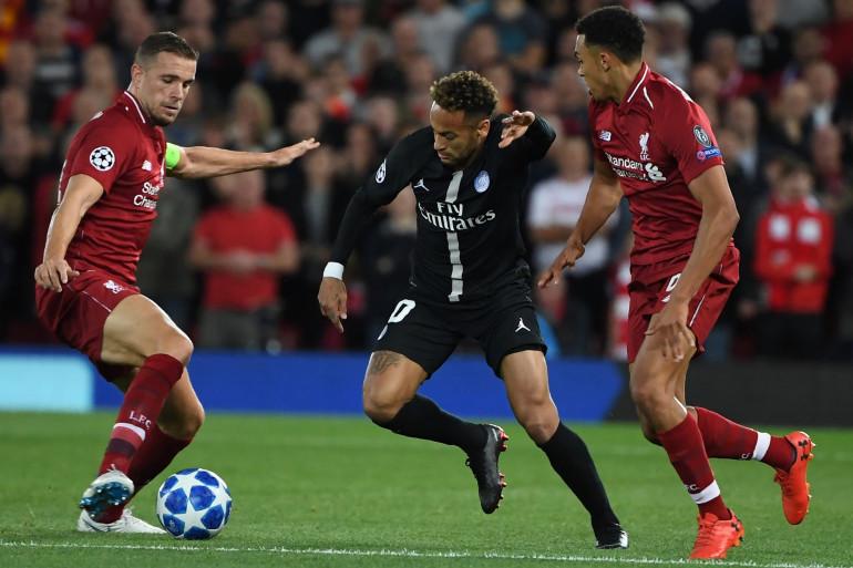 Neymar entre Jordan Henderson et Trent Alexander-Arnold le 18 septembre 2018 à Liverpool