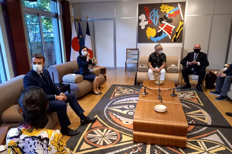 Emmanuel Macron avec Katsuhiro Ōtomo ( à droite) le 23 juillet 2021