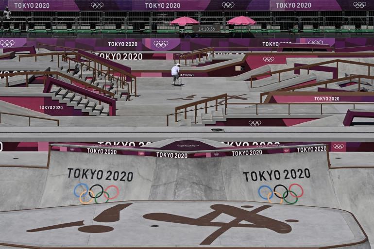 Une skateuse sur le skatepark des JO de Tokyo le 21 juillet 2021