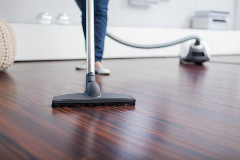 Une personne fait le ménage (image d'illustration)