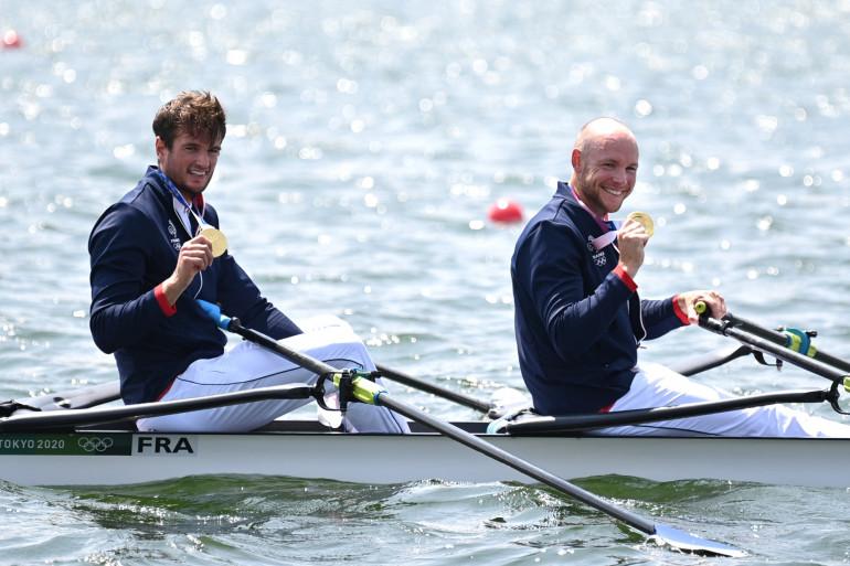 Hugo Boucheron et Matthieu Androdias avec leur médaille d'or en aviron à Tokyo le 28 juillet 2021.