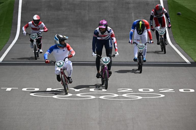 Le Français Joris Daudet (à gauche) sur son BMX le 29 juillet 2021 à Tokyo