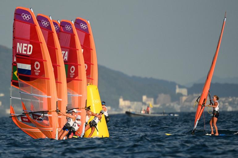 Les concurrentes de la planche à voile à Fujisawa le 25 juillet 2021