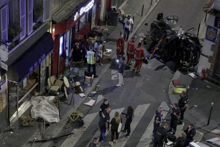 La voiture a fait plusieurs tonneaux avant de s'écraser sur cette terrasse parisienne