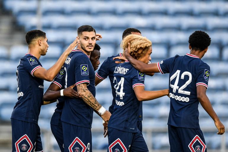 Les joueurs du PSG fêtent un but en amical contre Séville à Faro (Portugal) le 27 juillet 2021.