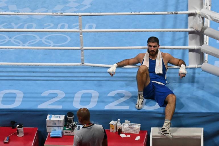 Le boxeur Mourad Aliev, refusant de quitter le ring aux Jeux Olympiques de Tokyo
