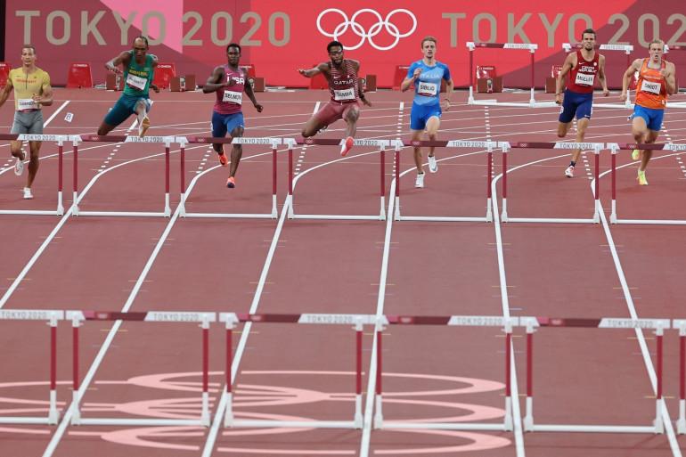 Une série du 400 m haies messieurs à Tokyo le 1er août 2021