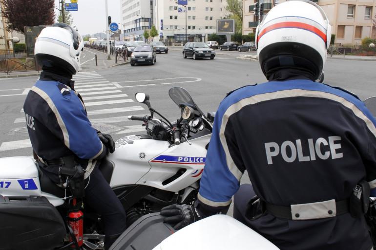 Deux motards surveillent la circulation à Viry-Chatillon, en banlieue parisienne, le 7 avril 2012 (Illustration)