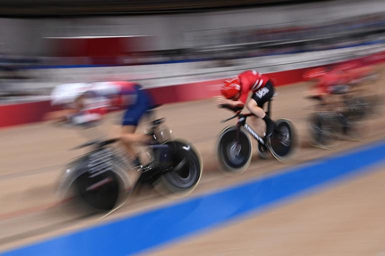 Les coureurs britanniques et danois quelques instants avant la chute.