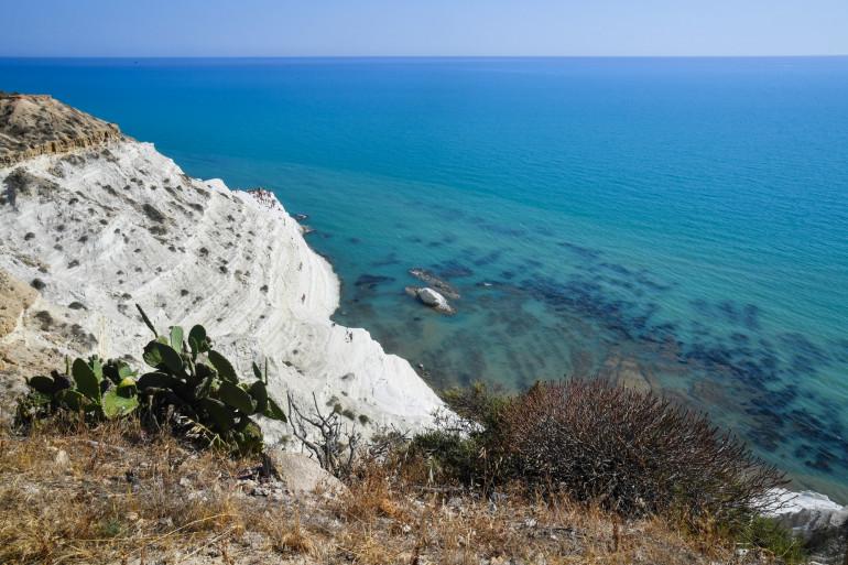 Une vue de la côte en Sicile (illustration).