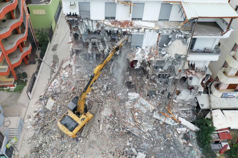 Une pelleteuse en train de détruire un immeuble (illustration)