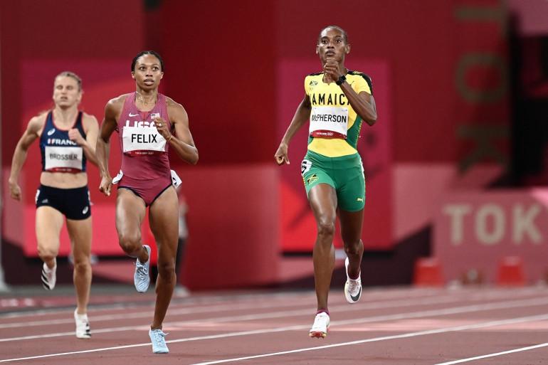 La Jamaïcaine Stephanie McPherson devant l'Américaine Allyson Felix sur 400 m à Tokyo le 4 août 2021