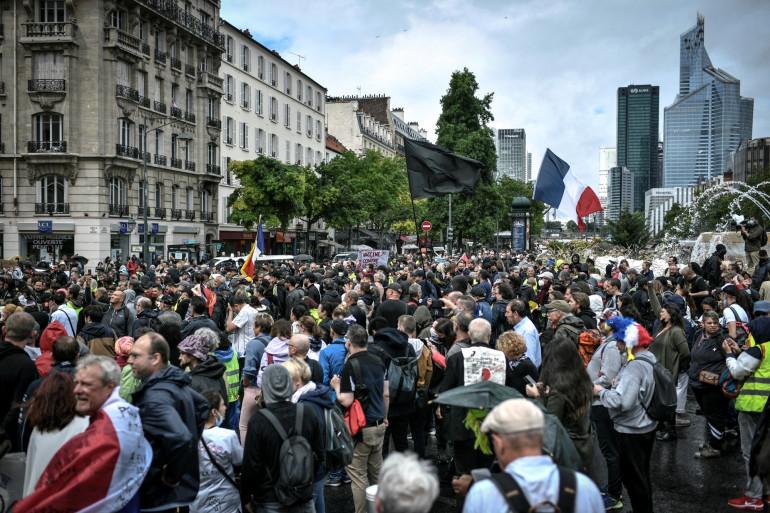 Des manifestants avant une manifestation contre le passe-sanitaire à Neuilly-sur-Seine, le 7 août 2021. (Illustration)