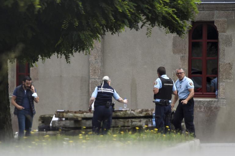 Des gendarmes rassemblés sur le lieu où Olivier Maire, un prêtre catholique Français, âgé de 60 ans, a été assassiné à Saint-Laurent-sur-Sèvre, en Vendée, le 9 août 2021. (Illustration)