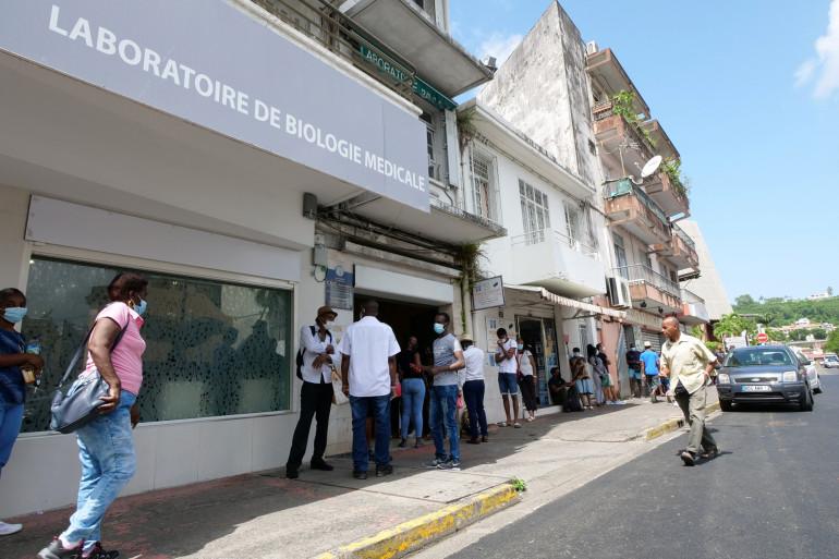 Des Martiniquais font la queue pour réaliser un test anti-Covid le 2 août 2021 à Fort-de-France.