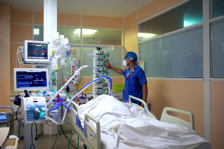 Un personnel médical prend en charge un patient Covid-19 à l'unité de soins intensifs