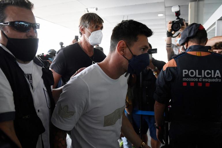 Lionel Messi est arrivé à l'aéroport de Barcelone, il est attendu à Paris à 15h