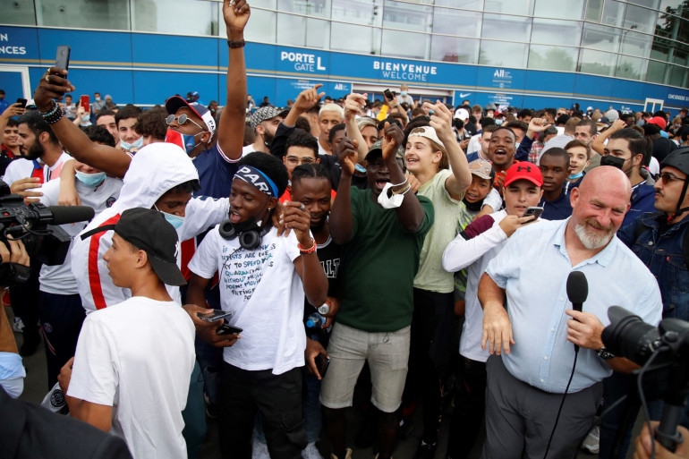 Des supporters réunis devant le Parc des Princes ce mardi 10 août après l'annonce de l'arrivée de Lionel Messi au PSG, le mardi 10 août.