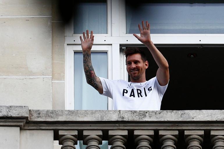 Lionel Messi salue ses fans parisiens depuis le balcon de son hôtel au Royal Monceau