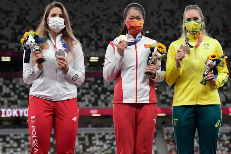 À gauche, la Polonaise Maria Andrejczyk, médaillée d'argent du lancé du javelot aux Jeux Olympiques de Tokyo