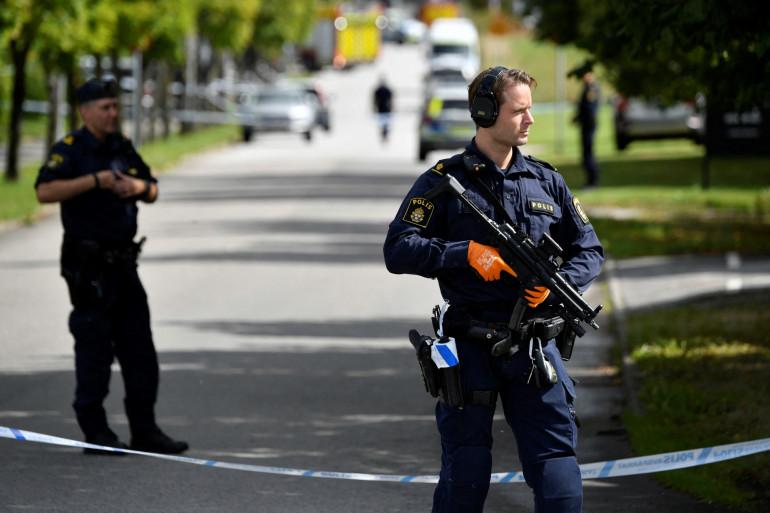 La police suédoise aux abords de l'établissement scolaire d'Eslöv, où a eu lieu une attaque au couteau, le 19 août 2021