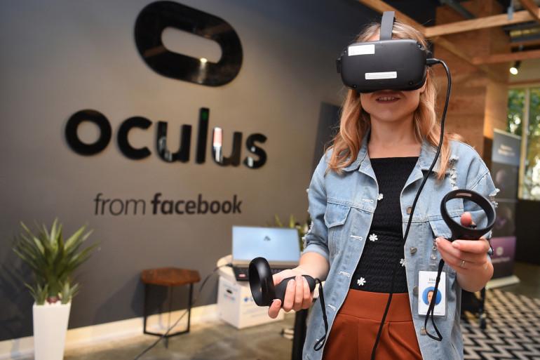 Une employée de Facebook porte un casque de réalité virtuelle Oculus en octobre 2019 à Menlo Park, en Californie