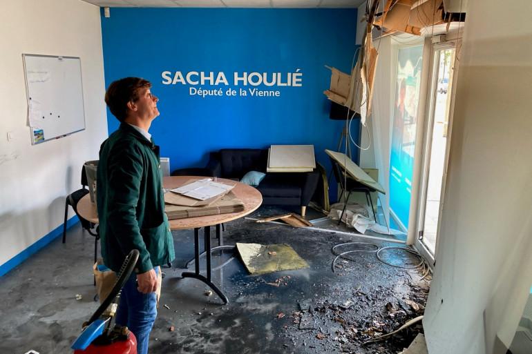 La permanence à Poitiers du député LREM Sacha Houlié a été incendiée dans la nuit du jeudi 19 au vendredi 20 août