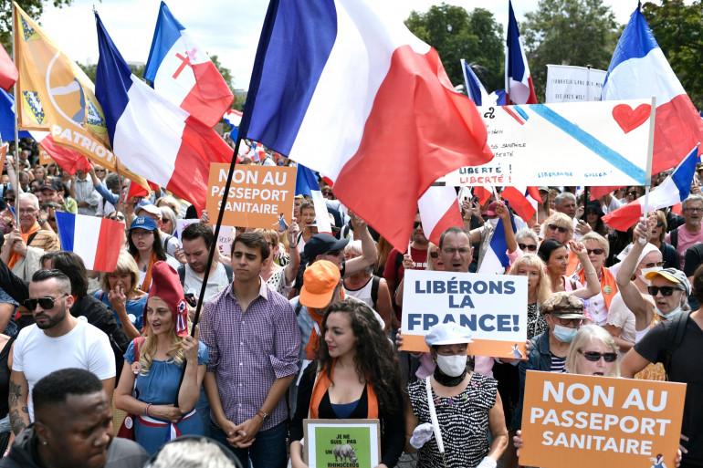 Des manifestants protestent contre le passe sanitaire le 21 août 2021 à Paris, pour la 6ème journée de mobilisation consécutive.