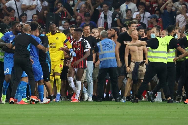 Des supporters ont envahi la pelouse de l'Allianz Riviera lors du match entre Nice et l'OM.