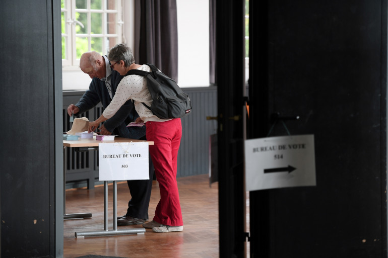 Des électeurs votent