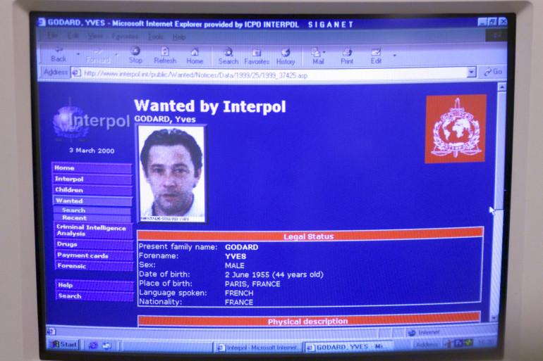 Un écran d'ordinateur affiche dans les locaux du siège d'Interpol, le 03 mars 2000 à Lyon, le portrait et la fiche de recherches du médecin français disparu depuis septembre 1999 avec sa famille, Yves Godard.