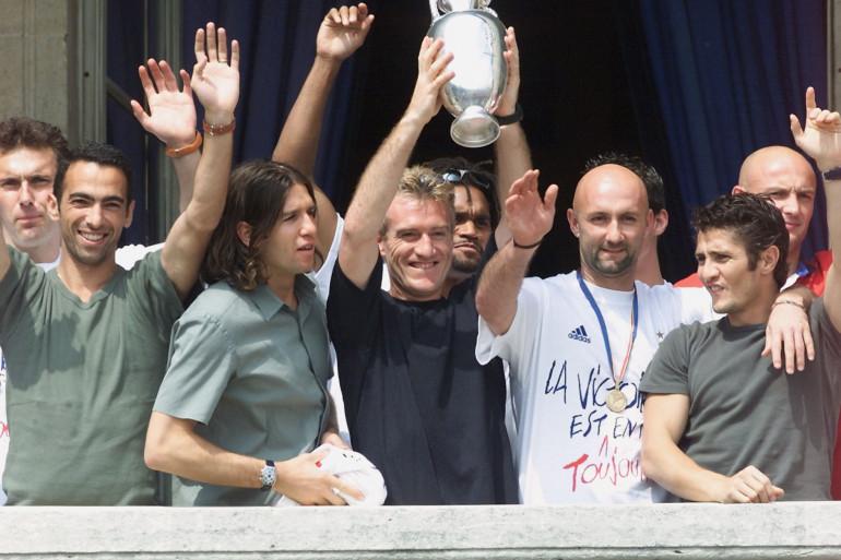 Didier Deschamps avec les Bleus le 3 juillet 2000 avec la coupe de l'Euro