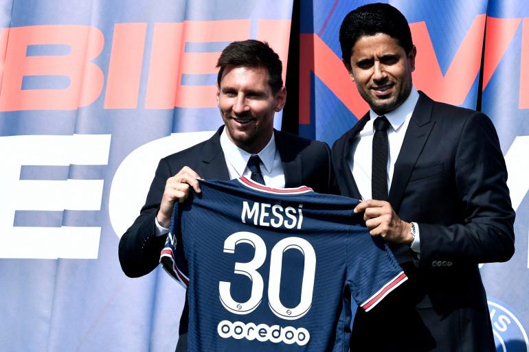 Lionel Messi pose avec son maillot parisien en présence du président du PSG Nasser Al-Khelaifi, le 10 août 2021.